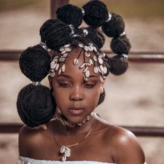 All styles of box braids to sublimate her hair afro On long box braids, everything is allowed! For fans of all kinds of buns, Afro braids in XXL bun bun work as well as the low glamorous bun Zoe Kravitz. Box Braids Hairstyles, Hairstyles Videos, Dreadlock Hairstyles, Updo Hairstyle, Black Girls Hairstyles, African Hairstyles, Formal Hairstyles, Wedding Hairstyles, Protective Styles