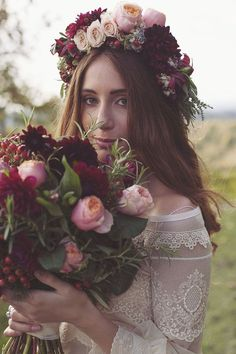 marsala and pink bouquet + flower crown http://weddingwonderland.it/2015/12/matrimonio-bohemien-in-vigna.html