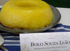 """Bolo """"Souza Leão"""" (fôrma de furo central com 22 cm de diâmetro)  Ingredientes 2 vidros de leite de coco (400 ml) 1 embalagem de preparo para Quindim (Fleischmann) 1 embalagem de mistura para bolo de Aipim (Fleischmann) 200 g de manteiga derretida 1 pitada de sal"""
