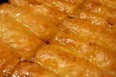 Χρυσαφένια, τραγανά φυλλαράκια… βελούδινη κρέμα που μοσχοβολάει βούτυρο και βανίλια… κρυστάλλινο παχύρευστο σιρόπι γεμάτο φυσαλίδες που αργοκυλάνε προκλητικά… ένας ύμνος για το γαλακτομπούρεκο! Από τα ωραιότερα σιροπιαστά γλυκά, με πλούσια γαλατένια γεύση, λαχταριστό και αφράτο. Αγαπημένο σε μικρούς και μεγάλους, δύσκολα μπορείς να αντισταθείς.Μικρές, γλυκιές και ζουμερές μπουκίτσες απόλαυσης, ιδανικές για να κλείσετε τα γεύματά …
