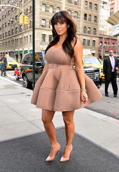 Kim Kardashian enceinte : Sa robe se soulève en pleine rue !