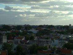 Vista sur de la ciudad desde el Hospital Aeronáutico central. Se puede observar a lo lejos el viejo Puente Alsina que separa la Capital de la ciudad de Valentin Alsina ya en Provincia de Buenos Aires