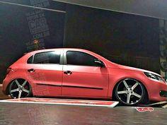 VW Gol G5 envelopado com suspensão a ar, rodas aro 18 | Matt red wrapped, air lowered VW Gol MK5 with 18-inch Vossen reps