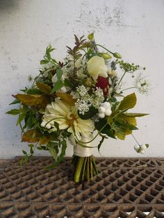 Beautiful homegrown seasonal Bouquet Vintage Flower Arrangements, Vintage Flowers, Pyrus, Bridal Bouquets, Flower Power, Wedding Flowers, Floral Design, Orchards, Autumn