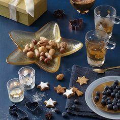 Stimmen Sie sich schon morgens bei der ersten Tasse Kaffee oder Tee auf das nahende Weihnachtsfest ein. Diese stabile Tasse aus Glas mit dem charmanten Dekor von Weihnachtsbäumen hilft Ihnen dabei. Garantiert.  von Leonardo