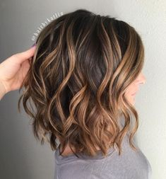 70 Brightest Medium Layered Haircuts to Light You Up Point Cut Bob with Caramel Balayage Loose Curls Short Hair, Balyage Short Hair, How To Curl Short Hair, Chocolate Brown Hair With Highlights, Chocolate Brown Hair Color, Brown Hair Colors, Brunette With Caramel Highlights, Brown Balayage Bob, Balayage Brunette