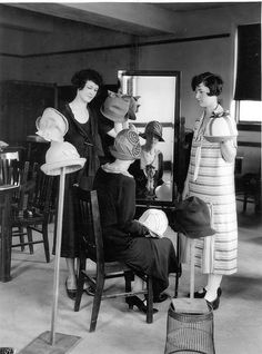 Display of Millinery at Alabama Polytechnic Institute, 1925 Flapper Hat, 20s Fashion, Mode Chic, Auburn University, Vintage Outfits, Vintage Hats, Hat Shop, Vintage Glamour, Black And White Pictures