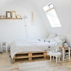 chambre adulte blanche, comment fabriquer un lit en palette, idée géniale, déco style scandinave