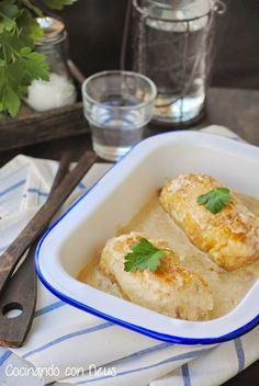 Rollitos de pollo rellenos de jamón york y queso con salsa de champiñones