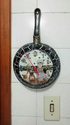 Relógios-frigideira by Rosângela Ramos.