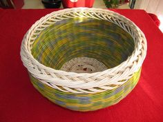 Step by step pictures. Basket Weaving Patterns, Paper Basket, Recycled Furniture, Recycling, Projects To Try, Crafts, Baskets, Basket Ideas, Hampers
