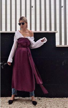 Deixe a camisa com ombro caído sob o vestido tomara que caia. Ah! Pra ficar ainda mais estiloso e longe do óbvio, que tal usar tudo sobre um jeans como Andria Letrari