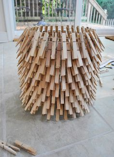 love this lampshade made from chicken wire and wooden clothes pegs...even better are the idiot proof step by step instuctions!