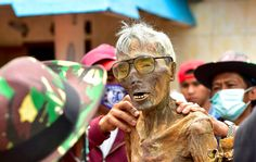 In Tana Toraja, people keep their dead relatives' corpses in their homes for years. Spiritual Life, Scary Movies, Face And Body, How To Fall Asleep, The Good Place, Religion, Death, Good Things, Culture