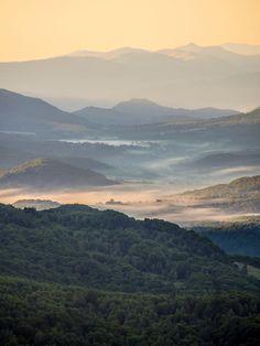 Pastelowe Bieszczady i mgły u ich podnóża o wschodzie słońca - schodząc z Wetlińskiej o 5:15.