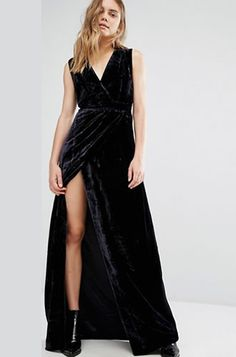 Rochie catifea neagra lunga crapata pe picior cu aspect petrecut