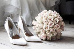 Hochzeit in Tracht - Brautschuhe und Strauss