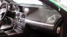 AIRLIFE te comenta. El aire acondicionado de los vehículos utiliza el motor para funcionar, lo que puede ocasionar un mayor consumo de combustible. La cantidad de combustible que utilizas al encender el aire acondicionado puede ser menor que el utilizado con las ventanas bajas o el quemacocos abierto en algunas circunstancias.