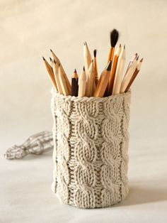 Pencil holder cable knit - DIY re-purpose an old sweater over an aluminum can. Arm Knitting, Knitting Patterns, Crochet Patterns, Yarn Crafts, Diy And Crafts, Arts And Crafts, Knitting Projects, Craft Projects, Knitted Blankets