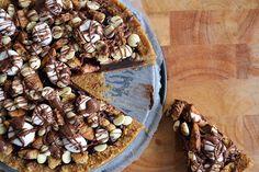Iedereen kent het bekende Amerikaanse snoepgerecht Rocky Road wel. Heerlijk (en lekker slecht), maar niet zo verrukkelijk als deze Rocky Road taart!