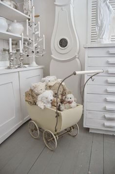 Vintage Pram, Shabby Vintage, Vintage Toys, Bedroom Furniture Sets, Home Furniture, Bedroom Sets, Furniture Design, Dolls Prams, Shabby Home