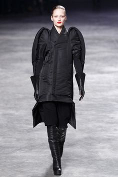 See all the Collection photos from Rick Owens Autumn/Winter 2011 Ready-To-Wear now on British Vogue Karmen Pedaru, Look At The Sky, Fall Winter, Autumn, Model Look, Back To Black, Fashion Show, Fashion Design, Rick Owens