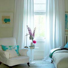QUARTO FRESQUINHO | se quiser manter a janela aberta nos dias de calor, prefira cortinas com cor clara, mantendo assim temperaturas mais amenas dentro do quarto. #verão2015 #quartofresquinho #dicaTecnisa #Tecnisa