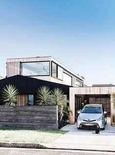 RENO SCOUT :: Modern Australian Beach House - We Are Scout This modern Australian beach house has a natural, authentic and pared-back design style. The amazing renovation was done in an incredible 13 weeks. Australian Beach, Australian Homes, Modern Architecture House, Modern House Design, Architecture Design, Australian Architecture, Sustainable Architecture, Residential Architecture, Modern Exterior