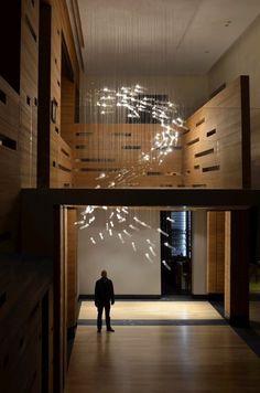 Flylight, huis in Moskou. Lonneke Gordijn en Ralph Nauta (Studio Drift) observeerden het gedrag van een zwerm vogels en vertaalden dit naar een lichtkunstwerk. Iedere lamp kan apart worden bediend, zodat de gehele installatie nooit hetzelfde lichtpatroon aanneemt. Ook reageren de lampjes via sensoren op de aanwezigheid van de bezoekers.