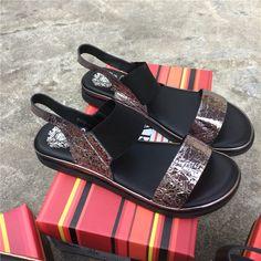 Европейский новый летний комфорт мягкой обуви женщин прилив моды слово открытый носок упругие ноги плоские сандалии - Taobao