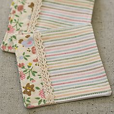 These fabric coasters are sooo cute! Could be mug rug too! Scrap Fabric Projects, Easy Sewing Projects, Fabric Scraps, Quilting Projects, Sewing Crafts, Quilted Coasters, Fabric Coasters, Diy Coasters, Small Quilts