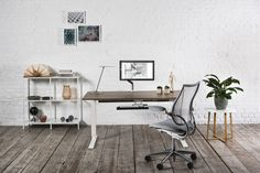 Humanscale home office ideas and inspiration, diy office, sit stand desk, freedom headrest in leather, relaxing and chill office space. Home Office Space, Home Office Design, Office Spaces, Home Yoga Room, Contemporary Office Chairs, Sit Stand Desk, Workspace Inspiration, Room Inspiration, Study Office
