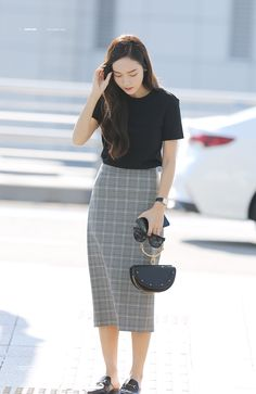 Travelling outfits that might be equal parts fashionable and conventional are hard to discover. Korean Fashion Trends, Korea Fashion, Kpop Fashion, Asian Fashion, Daily Fashion, Fashion Outfits, Modest Outfits, Classy Outfits, Skirt Outfits