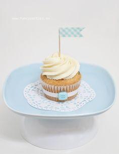 Cupcake de crema decorado con topper de banderín, washi-tape y botón. Buttercream cupcake decorated with pennant topper, washi-tape and button.