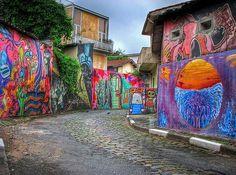 Conhecida como Beco do Batman, a viela da Vila Madalena, em São Paulo, é famosa pelos grafites cheios de cor. (Foto: reprodução)