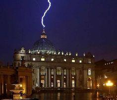 Vaticano Em 2013, o Papa Benedito XVI surpreendeu o mundo quando renunciou ao Supremo Pontificado, sendo o primeiro papa a fazer isso em 600 anos. Apenas algumas horas depois, um relâmpago gigantesco atingiu o domo da Basílica de São Pedro.