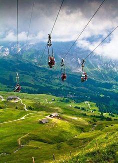 Tirolesa en los Alpes suizos, Suiza. Algo que debe hacer la actividad de la lista de cubo de vacaciones y la memoria para toda la vida