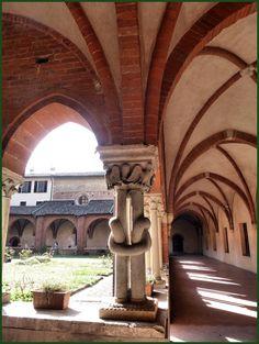 Abbazia di Chiaravalle - XII secolo - Chiostro con colonnina annodata Milano - Italy