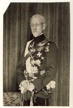 Alexandru Averescu (n. 3.04.1859, Babele, Principatele Unite – d. 2.10. 1938, București, România) a fost mareșal al României, general de armată și comandantul Armatei Române în timpul Primului Război Mondial History Of Romania, Sailors, Cold War, King Queen, Emperor, Soldiers, Ww2, Royals, Queens