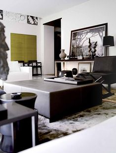 Christian Liaigre: Appartement St-Honoréa su marier la sobriété à une très grande élégance.  Loin des modes et des tendances, l'architecture d'intérieur et le design selon Liaigre sont synonymes d'intemporalité, de beauté calme, de luxe subtil.  Le confort ne s'y inscrit pas dans la trivialité de l'abondance mais dans la délicatesse et la rareté.