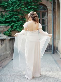 Simple wedding dress with deep open back | fabmood.com #weddingdress