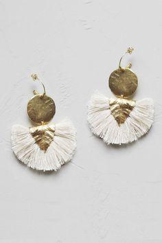 Craquez pour cette jolie pièce de la collaboration Elise Tsikis x Laure de Sagazan !Boucle d'oreille base vermeil, ornée d'une pièce plaquée or, d'une breloque feuille plaqué or, et de pompons 100% coton.Fabriqué en France, à la main, dans l'atelier paris