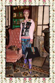 Fashion Week Milan Pre-Fall 2017 look 21 from the Gucci collection womenswear Gucci Fashion, Fashion 2017, Skirt Fashion, High Fashion, Fashion Show, Fashion Design, Fashion Trends, Gucci Pre Fall 2017, Gucci 2017