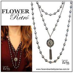 Colar Flower Retrô para inspirar um visual elegante e feminino com tons de pérolas cinzas que dão um toque mais sofisticado. Uma ótima opção para esse começo de clima friozinho!
