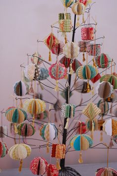 Laurie_Cinotto_Ornaments_Tree – Home Decoration Picture Christmas Ornaments, Cute Christmas Tree, Noel Christmas, Christmas Paper, Diy Christmas Ornaments, Homemade Christmas, Christmas Projects, All Things Christmas, Holiday Crafts
