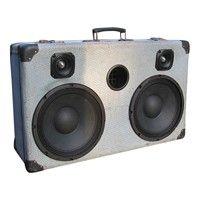 "Kuffert stereo højtaler lavet i en gammel og godt brugt rejsekuffert fra 50'erne. Der ar sat 2 store  Doc Miller 10"" bashøjtalere og 2 stk. bullit diskant horn i denne voldsomme partyhøjtaler. Den spiller  bare røv.....godt."