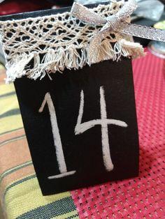 Números de mesa echos con papel de  lija. Súper simple!