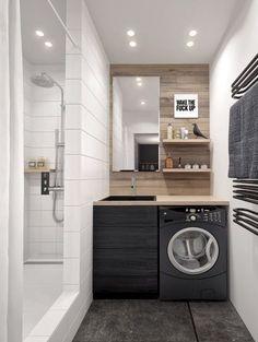 L'astuce gain de place : si vous n'avez pas de pièce dédiée à la buanderie et que votre salle de bains manque d'espace, tout n'est pas perdu ! Il vous suffit de glisser votre lave-linge sous le plan de travail du meuble-lavabo. Avec cette astuce, chaque centimètre est exploité avec intelligence. Les petits plus ? Les éléments muraux comme le porte-serviettes et les étagères en bois qui permettent de ranger sans perdre de place au sol. Voilà une petite salle d'eau pratique et fonctionnelle !