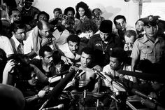 """Ali defeated Joe Frazier once more in the """"Thrilla In Manila"""". This fight surpassed their earlier bouts, and became one of the most well-known heavyweight fights ever. Thrilla In Manila, Box Icon, Muhammad Ali, Dundee, Photo Galleries, Classic, Illustration, Pictures, Photos"""