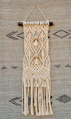 tentures murales en macramé réalisé en fil coton écru 5 mm avec grosses perles en bois.